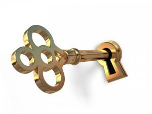 Золотой ключик на зеленом газоне